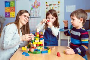 Opettaja leikkimässä oppilaiden kanssa